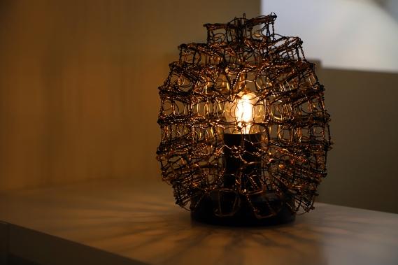 Lampe en muselets de champagne créée par Sylvie